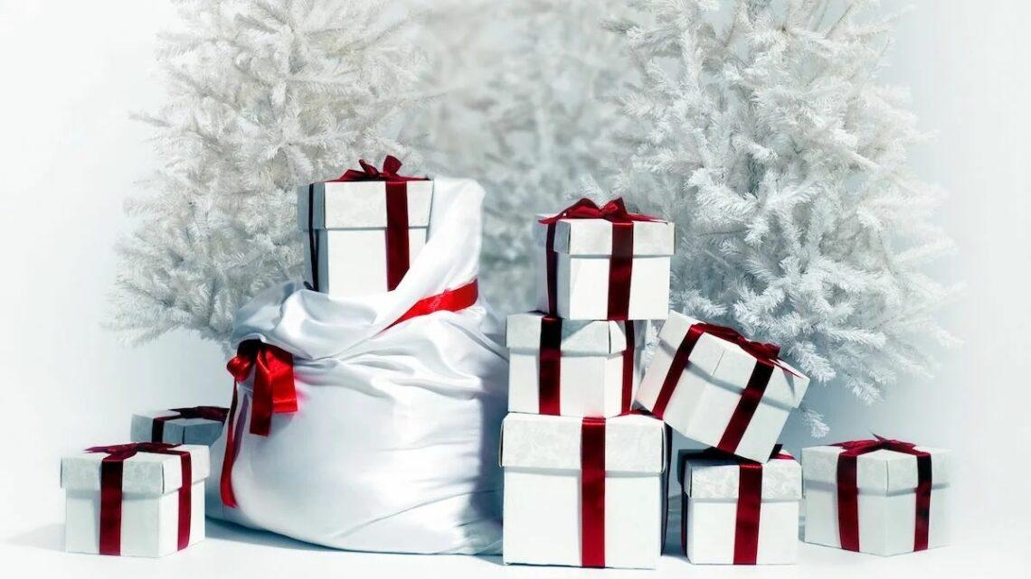 Продолжается  выдача новогодних подарочных наборов