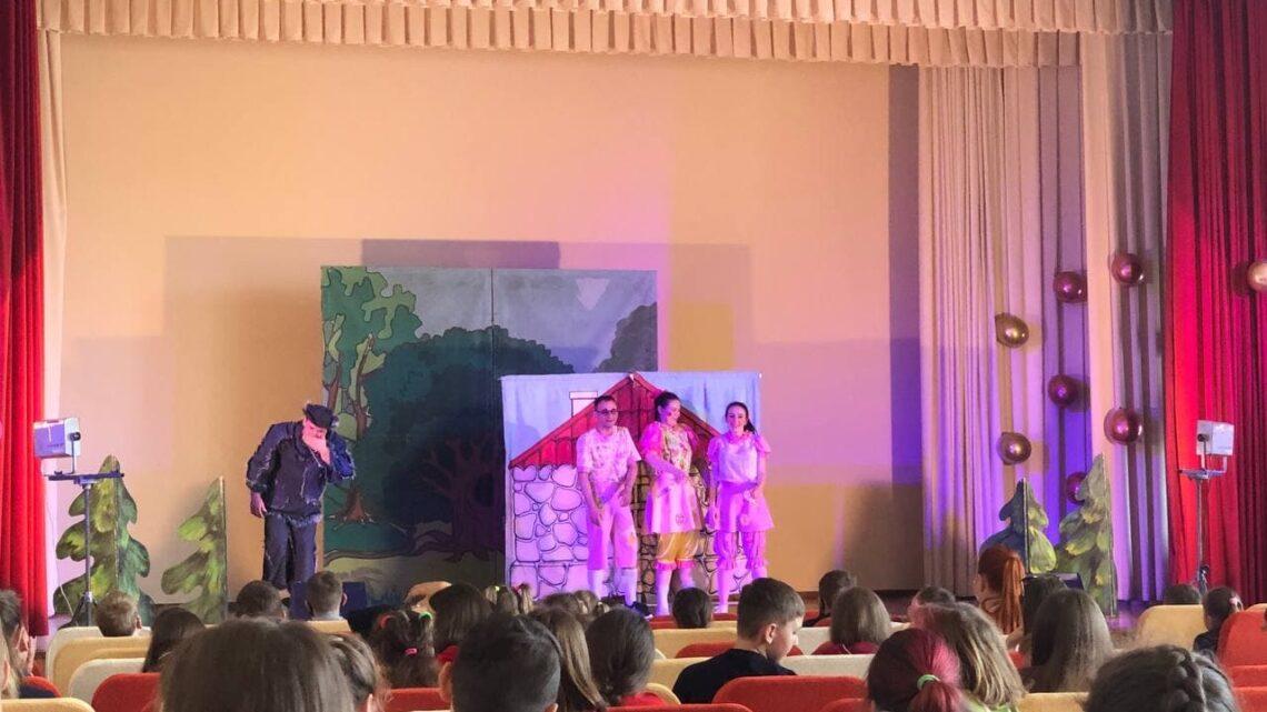 Спектакль «Три поросенка» для детей из прифронтовых районов